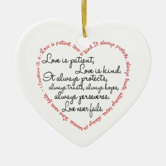 El amor es corazón paciente de la palabra adorno de cerámica en forma de corazón