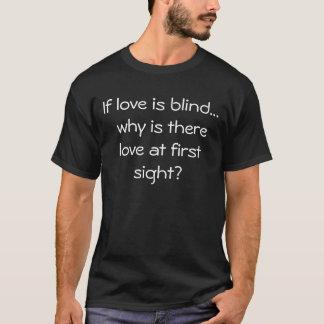 El amor es diseño negro ciego de la camiseta