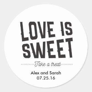 El amor es dulce toma a un pegatina de la