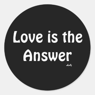 El amor es el blanco de la respuesta en el pegatina redonda