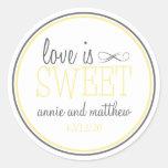 El amor es etiquetas dulces (amarillo/el gris) pegatinas redondas