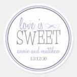 El amor es etiquetas dulces (púrpuras/el gris) pegatinas redondas