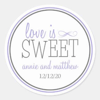El amor es etiquetas dulces púrpuras el gris