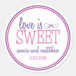 El amor es etiquetas dulces (púrpuras/la magenta) pegatina redonda