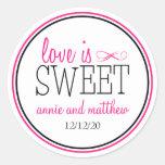 El amor es etiquetas dulces (rosas fuertes/el negr etiquetas redondas