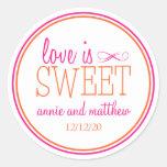 El amor es etiquetas dulces (rosas fuertes/el pegatina redonda