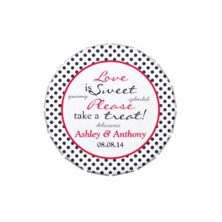 El amor es lata roja dulce del caramelo del boda d