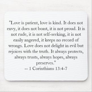 """El """"amor es paciente, amor es bueno. No hace ENV… Alfombrillas De Ratón"""