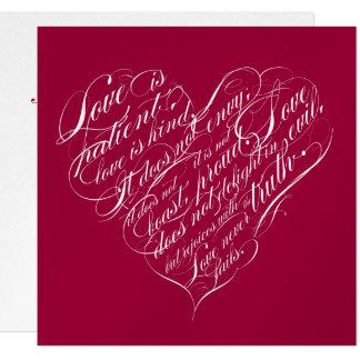 """El amor es paciente. corazón de plata carmesí de invitación 5.25"""" x 5.25"""""""