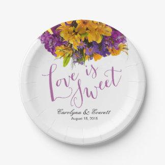 El amor es púrpura amarilla floral dulce del ramo plato de papel de 7 pulgadas