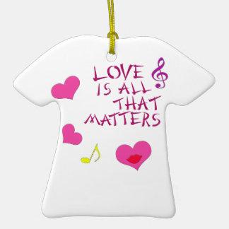 El amor es todo ese las materias adorno de cerámica en forma de camiseta