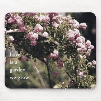El amor es un jardín que crecemos rosas alfombrilla de raton