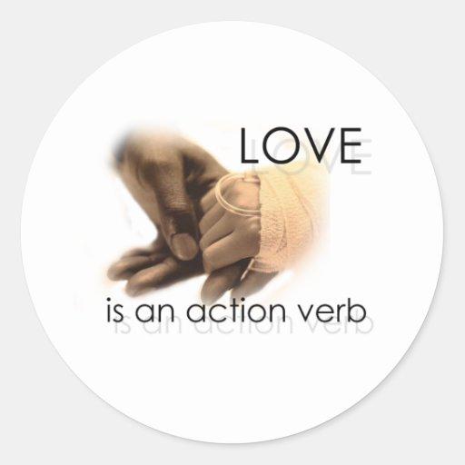 El amor es un verbo de la acción pegatina redonda