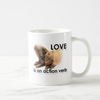 El amor es un verbo de la acción taza