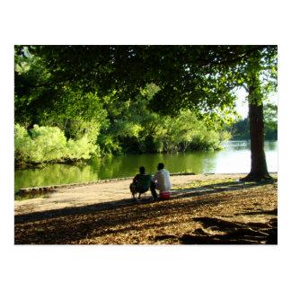 El amor es una brisa apacible al lado del lago postal