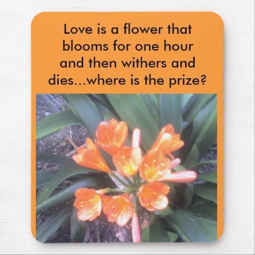 El amor es una flor esa las floraciones para una alfombrilla de ratón