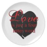 El amor es una palabra de cuatro letras platos