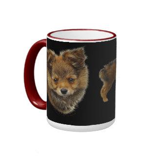 El AMOR ES una taza del regalo del perro de juguet