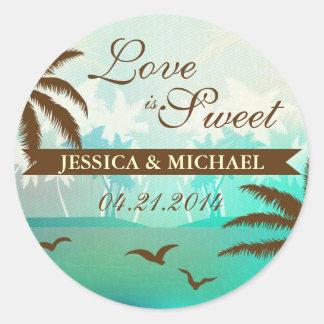 El amor escénico de la playa del trullo tropical e etiqueta redonda