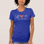 El amor está en la camiseta coloreada aire