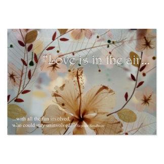 El amor está en la etiqueta del regalo del aire tarjetas de visita grandes