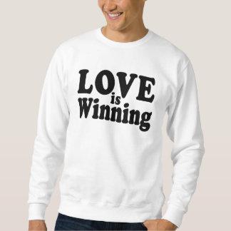 El amor está ganando la camiseta sudadera