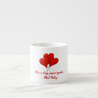 El amor está siendo estúpido junto tazas espresso