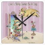 El amor está siendo poseído por un perro relojes de pared
