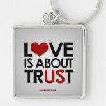 el amor está sobre confianza llavero personalizado