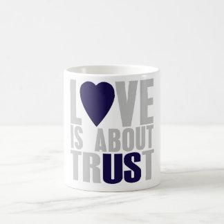 El amor está sobre confianza taza básica blanca