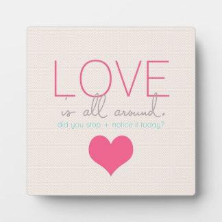 El amor está todo alrededor placas con fotos