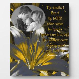 El amor firme del señor… /photo placa de madera
