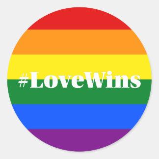 El amor gana el arco iris del orgullo gay de la pegatina redonda