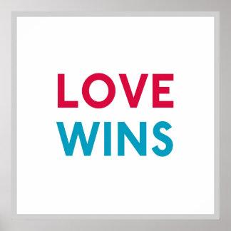 El amor gana el poster cuadrado de Momastery Póster