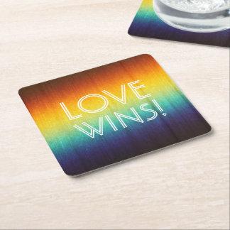El amor gana los prácticos de costa del espectro posavasos de cartón cuadrado