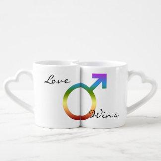 El amor gana símbolos a juego del varón del arco taza para parejas