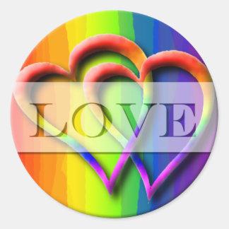 El amor gay de los corazones del boda dos invita a pegatina redonda