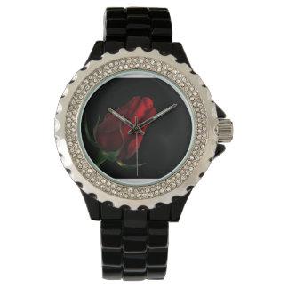 El amor más rico más profundo… un rosa rojo en relojes de pulsera