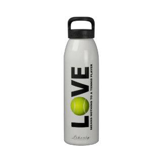 El amor no significa nada a una botella de agua de