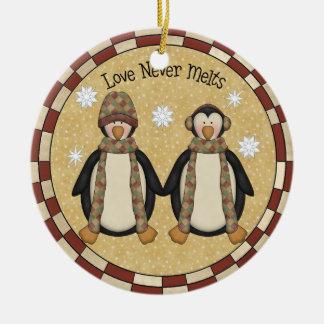 El amor nunca derrite el ornamento del navidad del adorno navideño redondo de cerámica