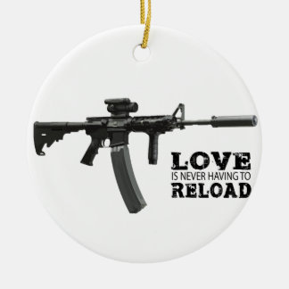 El amor nunca está teniendo que recargar AR-15 Adorno Navideño Redondo De Cerámica