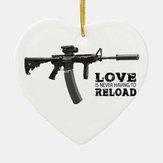 El amor nunca está teniendo que recargar AR-15 Ornamentos De Reyes