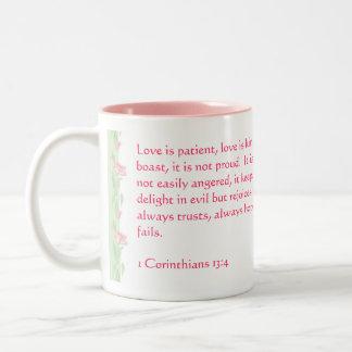 El amor nunca falla - 1 13:4 de los Corinthians Taza De Dos Tonos
