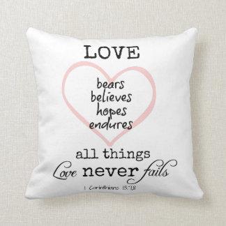 El amor nunca falla verso de la biblia cojín