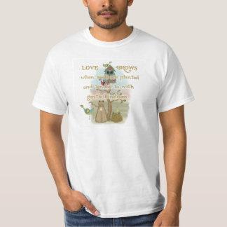 El amor que cultiva un huerto crece las camisetas polera