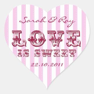 El amor rosado y blanco de la raya del caramelo es pegatina en forma de corazón