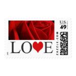 El amor sella franqueo rojo de la invitación del b