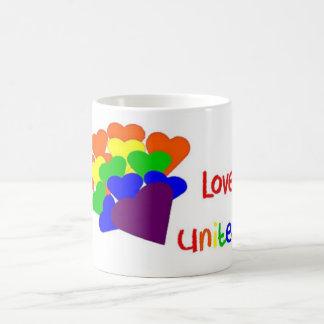 El amor une la taza del ramo del corazón