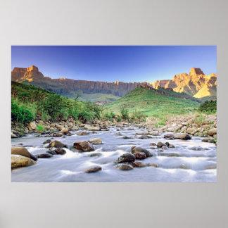 El Amphitheatre y el río de Tugela en Drakensberg Póster