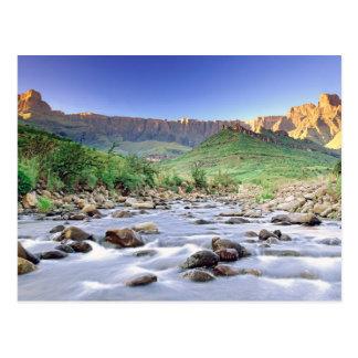El Amphitheatre y el río de Tugela en Drakensberg Tarjetas Postales